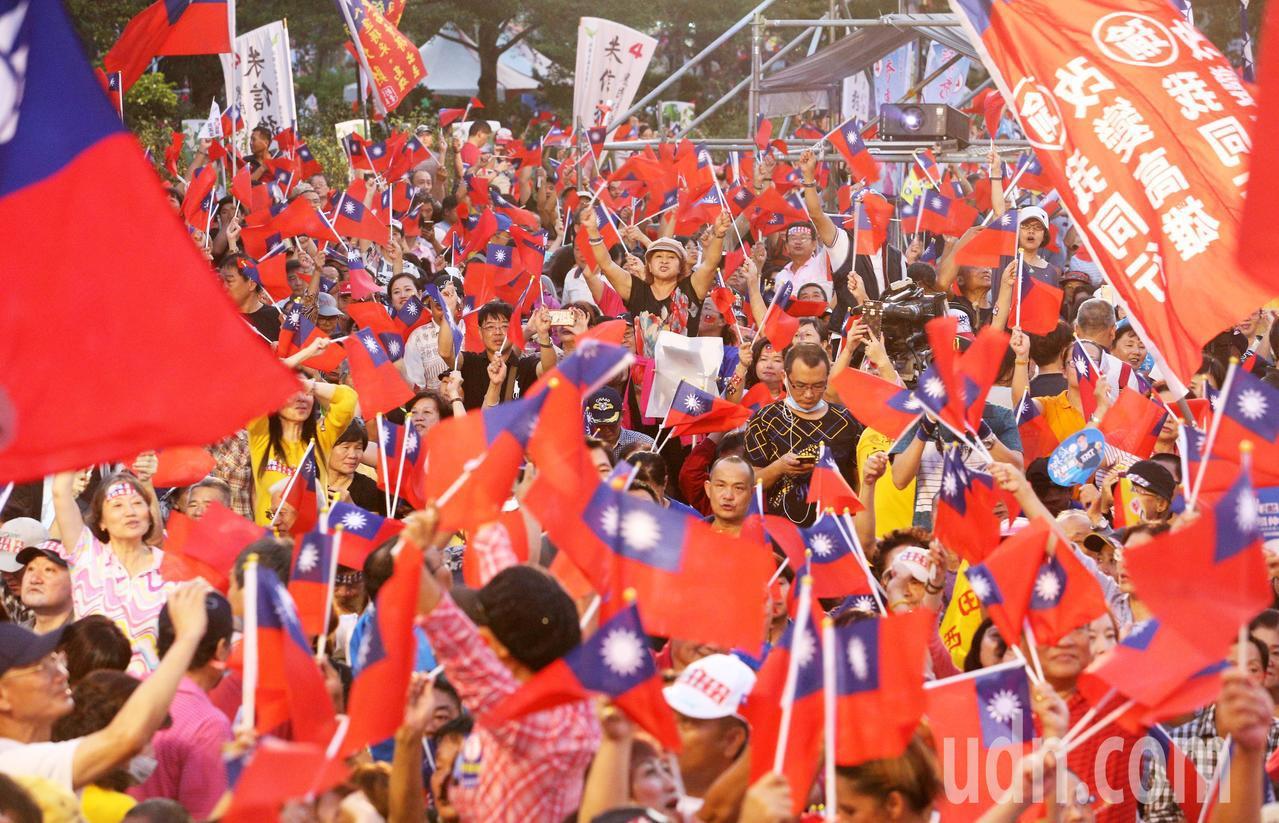 韓國瑜昨晚在高美醫專舉辦造勢晚會,現場旗海飄揚,支持者擠爆會場。記者劉學聖/攝影