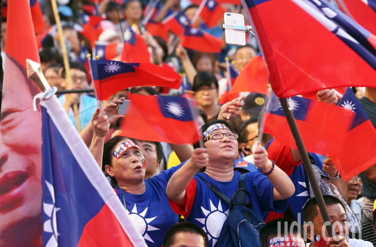 韓國瑜今晚在高美醫專舉辦造勢晚會,現場旗海飄揚,支持者擠爆會場。記者劉學聖/攝影