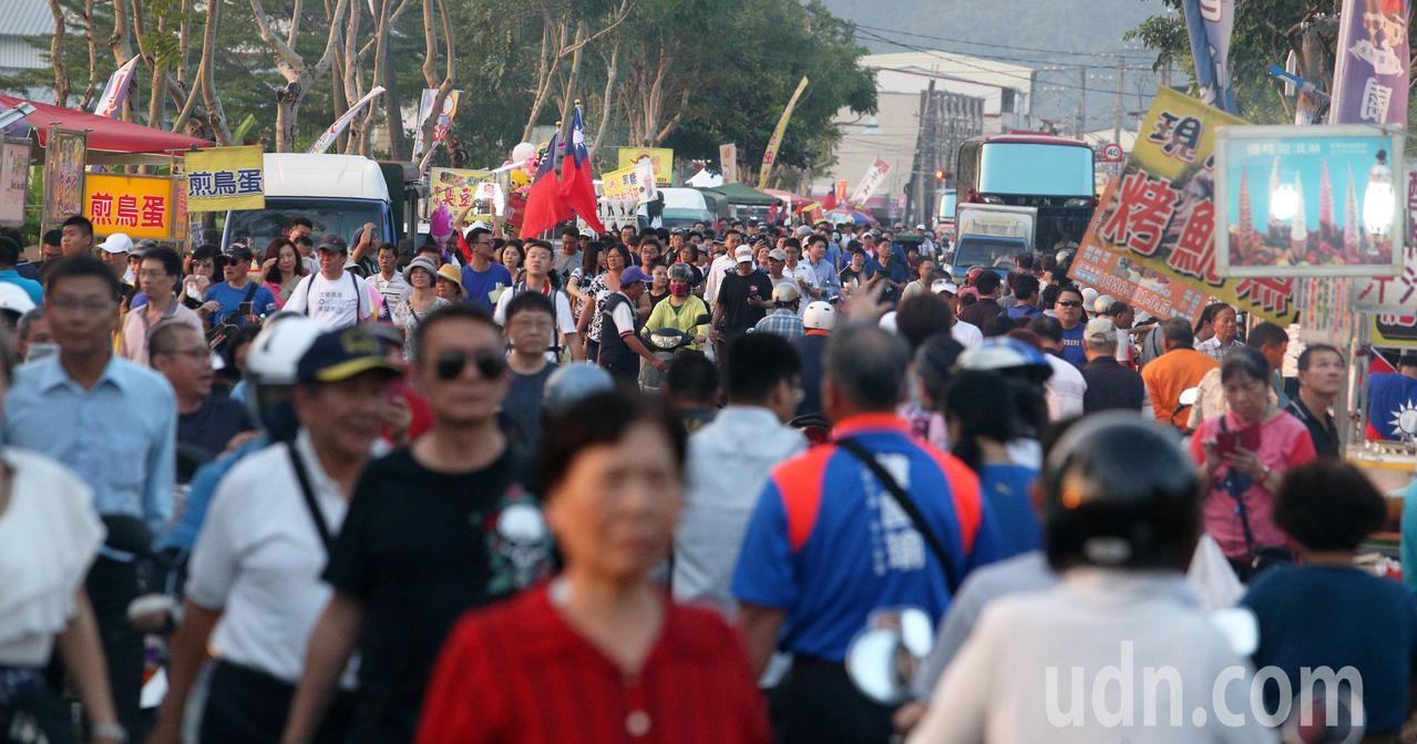 韓國瑜今晚在高美醫專舉辦造勢晚會,現場攤販、支持者擠爆,當地居民形容比過年還熱鬧...