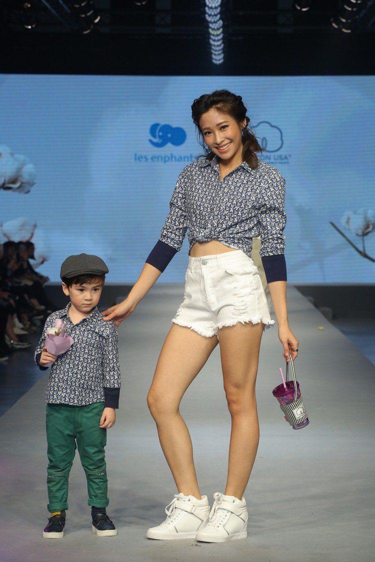 美國棉代言人袁詠琳展示其與MO-BO和麗嬰房發表的系列。圖/台北魅力展提供