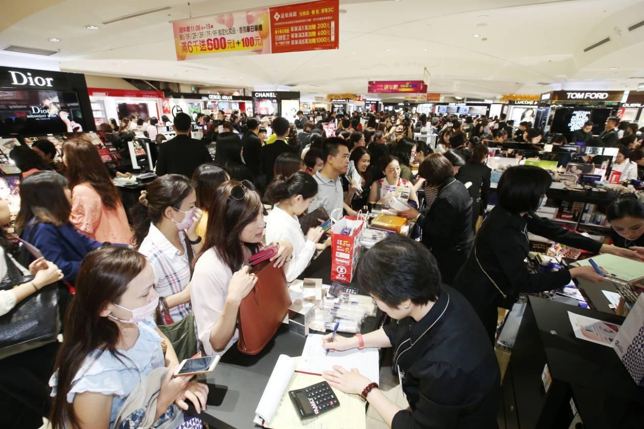 SOGO台北店周年慶首日,館內擠滿消費人潮。記者林澔一/攝影