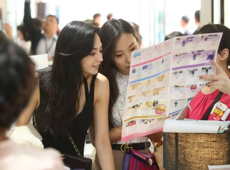 SOGO台北店周年慶首日,消費者認真研究DM商品。記者林澔一/攝影