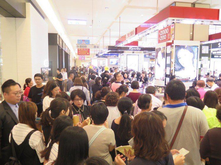 新光三越台南新天地周年慶首日化妝品區人潮。圖/新光三越提供