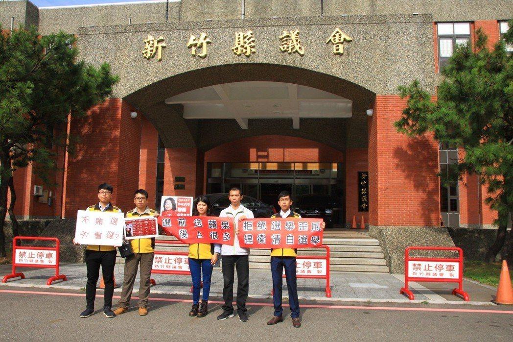 綠黨提名的候選人今天在新竹縣議會前召開記者會,強烈譴責選前的種種的歪風。記者郭政...