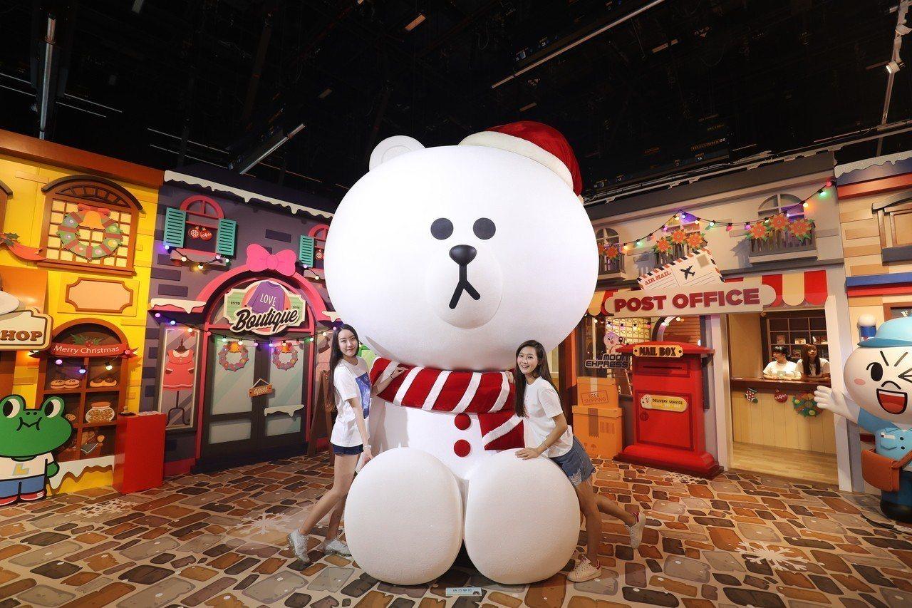世界唯一的3.5米高閃亮雪白熊大Mega Brown是「LINE FRIENDS...