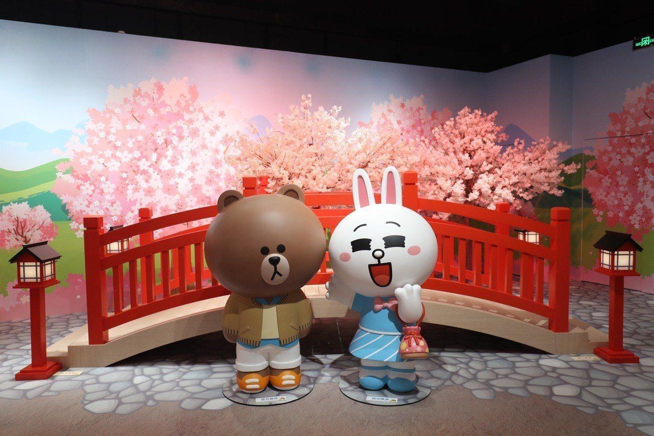 「LINE FRIENDS:世界巡迴之旅」特展,熊大、兔兔櫻花在情人橋上浪漫約會...