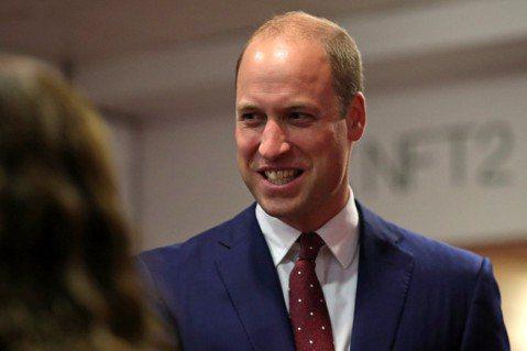 英國皇室兩位王子威廉、哈利年輕時髮量茂密,但現在兩人邁向40歲,卻都面臨禿頂危機。威廉已經接受自己童山濯濯的事實,出席各公開場合頂著光溜溜的頭皮,並沒想要戴假髮遮掩。然而英國「每日郵報」報導名醫沙馬...