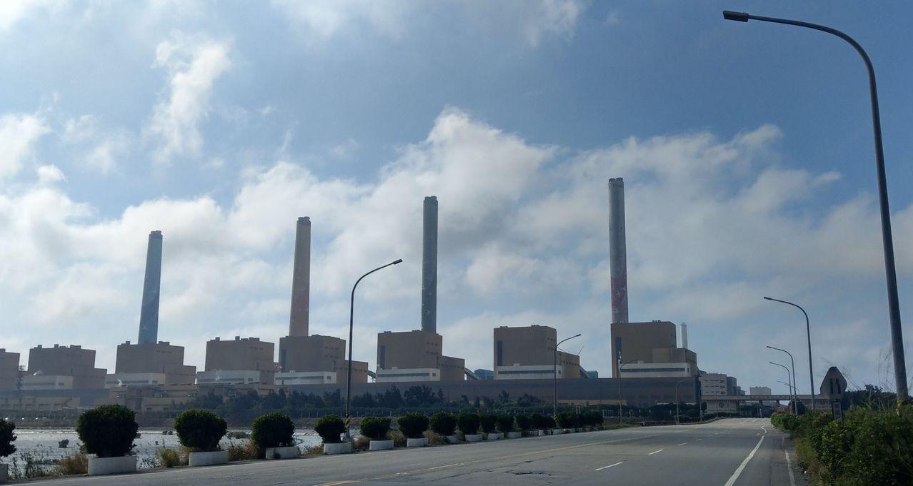 台灣健康空氣行動聯盟發現,台電台中火力發電廠從今天下午3時,「火力全開」,除了歲...