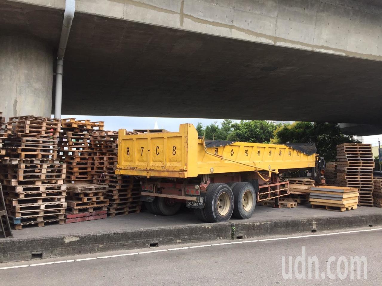 位於雲林縣斗六市區內的明德陸橋橋下空間閒置已久,且有無牌車及棧板占用空間情形,斗...
