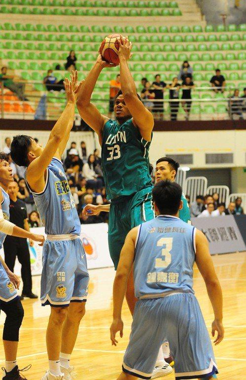 富邦隊歐頓利用身高優勢在禁區出手投籃。圖/中華籃球協會提供