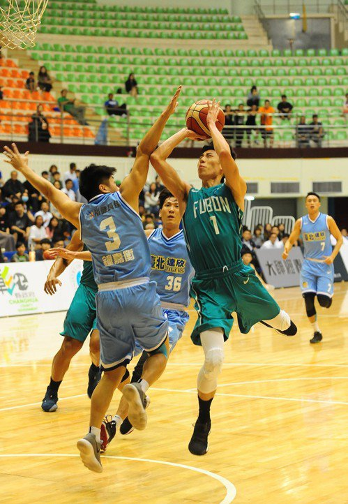 富邦隊林書緯(右)比賽中完成一記高難度出手。圖/中華籃球協會提供