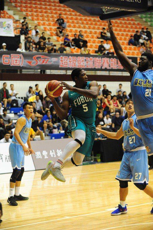 富邦隊基斯切入後在空中找尋隊友接應。圖/中華籃球協會提供