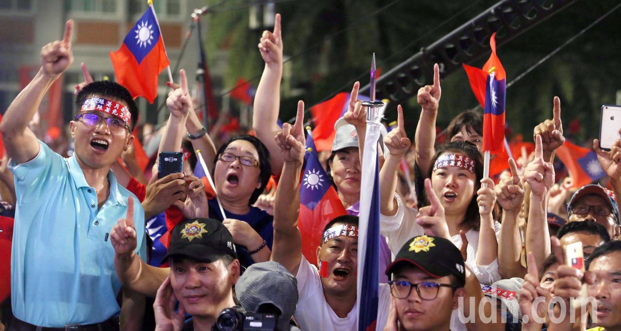 支持韓國瑜的群眾十分熱情,熱情高唱軍歌。記者劉學聖/攝影
