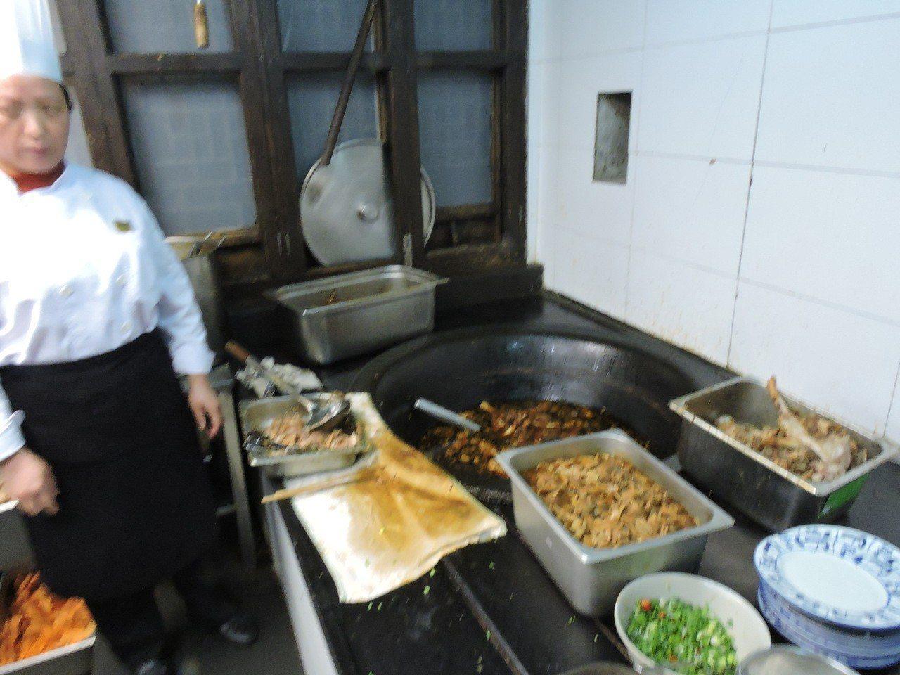 羊肉麵用的食材是湖羊肉,吃著杭(杭州)嘉(嘉興)湖(湖州)草原的水草養大的,肉質...