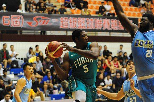 富邦隊(中)基斯切入後在空中找尋隊友接應。圖/中華籃球協會提供