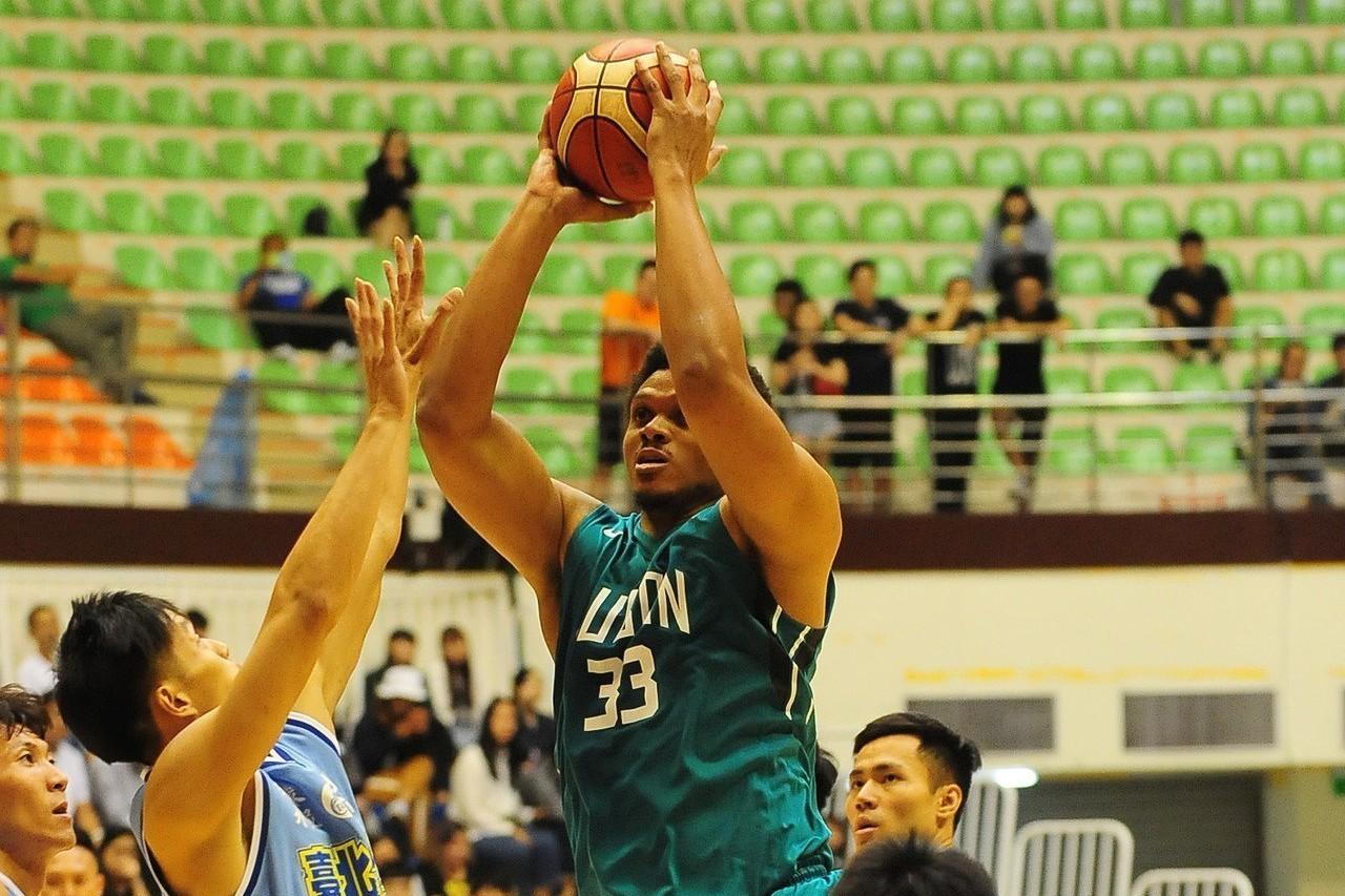 富邦勇士膝傷缺戰2周的歐頓歸隊。 圖/中華籃球協會提供(資料照)