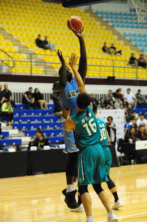 達欣隊洋將麥克連(後)籃下單打轉身跳投。圖/中華籃球協會提供