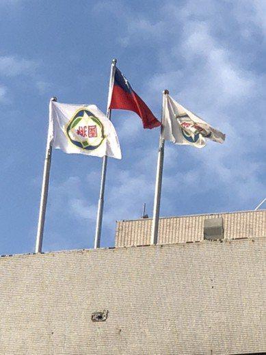 桃園市政府大樓今天被發現市旗倒掛。圖/陳學聖競選團隊提供