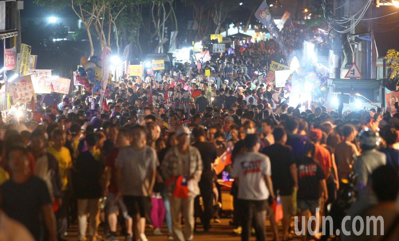 韓國瑜旗山造勢大會吸引上萬人參加,場外變成大夜市吸引許多攤商前來擺攤。記者劉學聖...