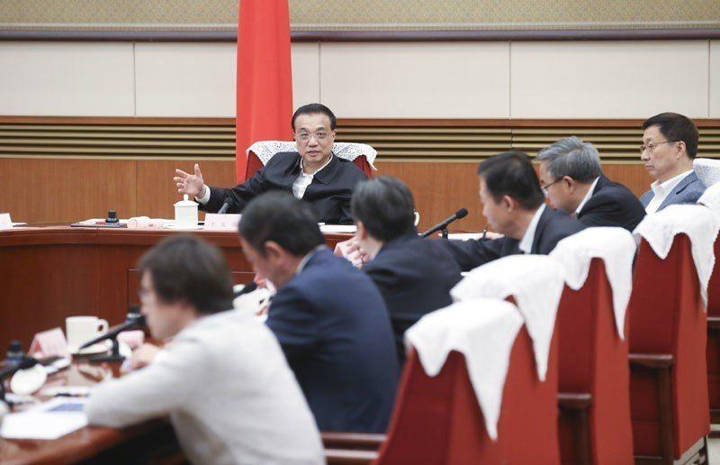 大陸國務院總理李克強8日主持召開經濟形勢專家和企業家座談會,就當前經濟形勢、謀劃...