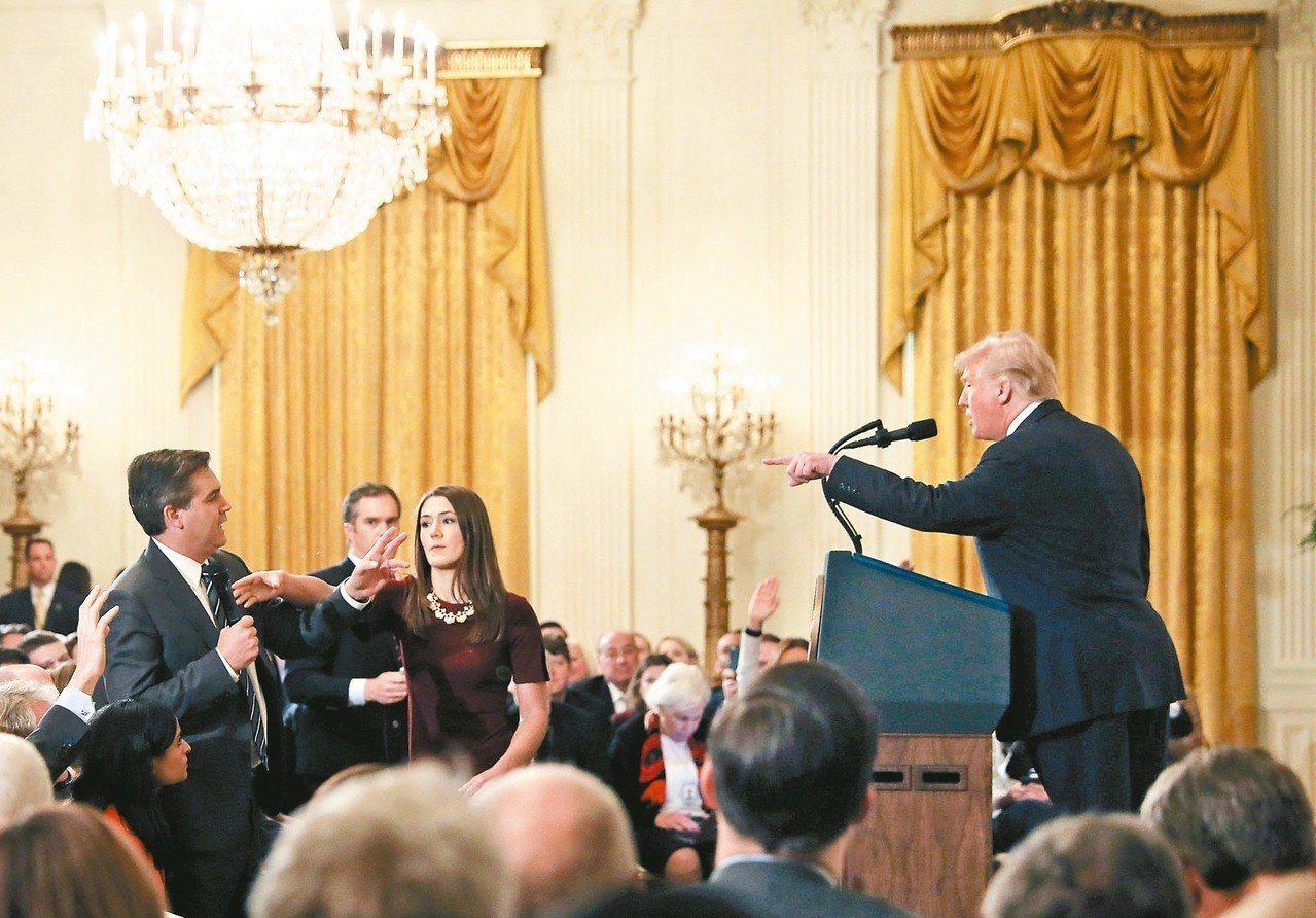 美國總統川普(右)在記者會上與CNN記者阿科斯達(左)爭執,川普要求阿科斯達放下...
