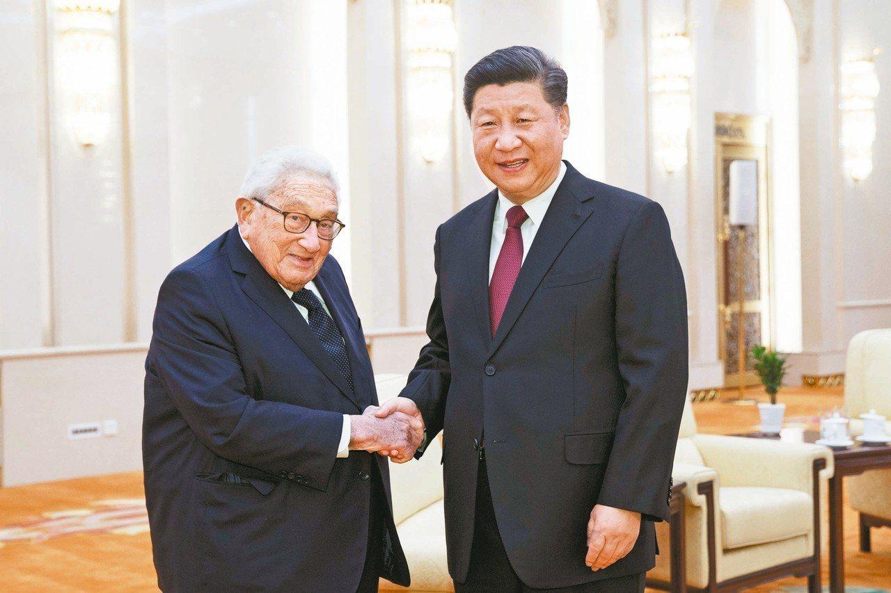 大陸國家主席習近平(右)昨在北京人民大會堂與美國前國務卿季辛吉見面,習對季辛吉說...