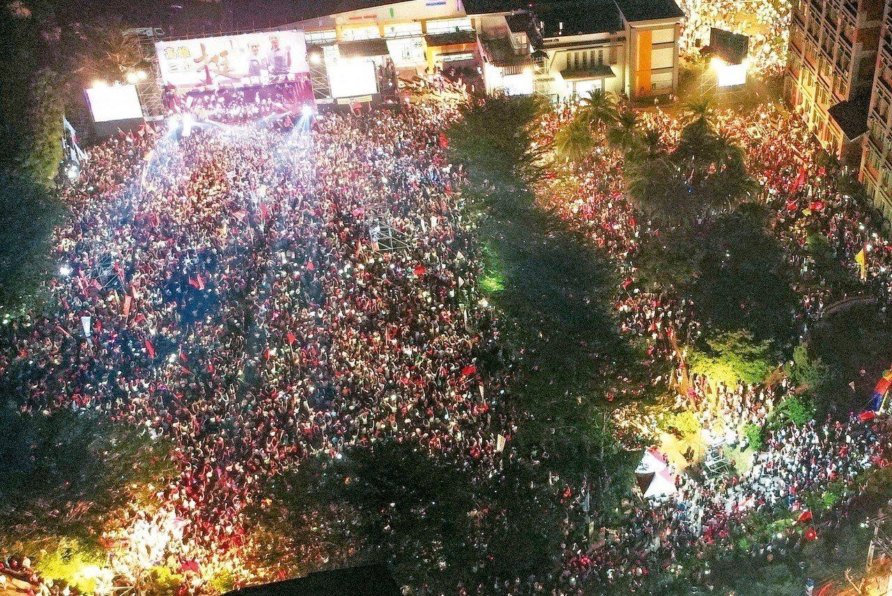 國民黨高雄市長候選人韓國瑜昨晚旗美造勢大會,湧入三萬人。 記者杜建重/攝影