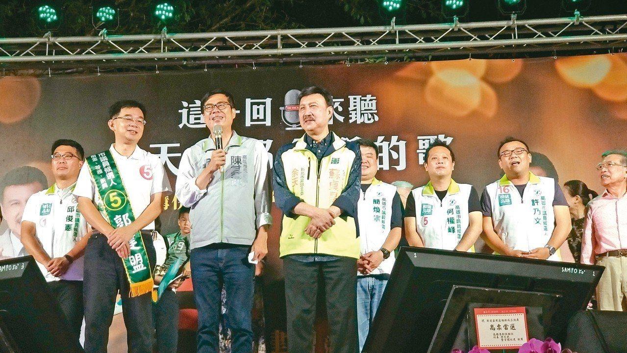 民進黨高雄市長候選人陳其邁(前中)昨晚提及美麗島事件,「若不知道高雄人的痛,如何...