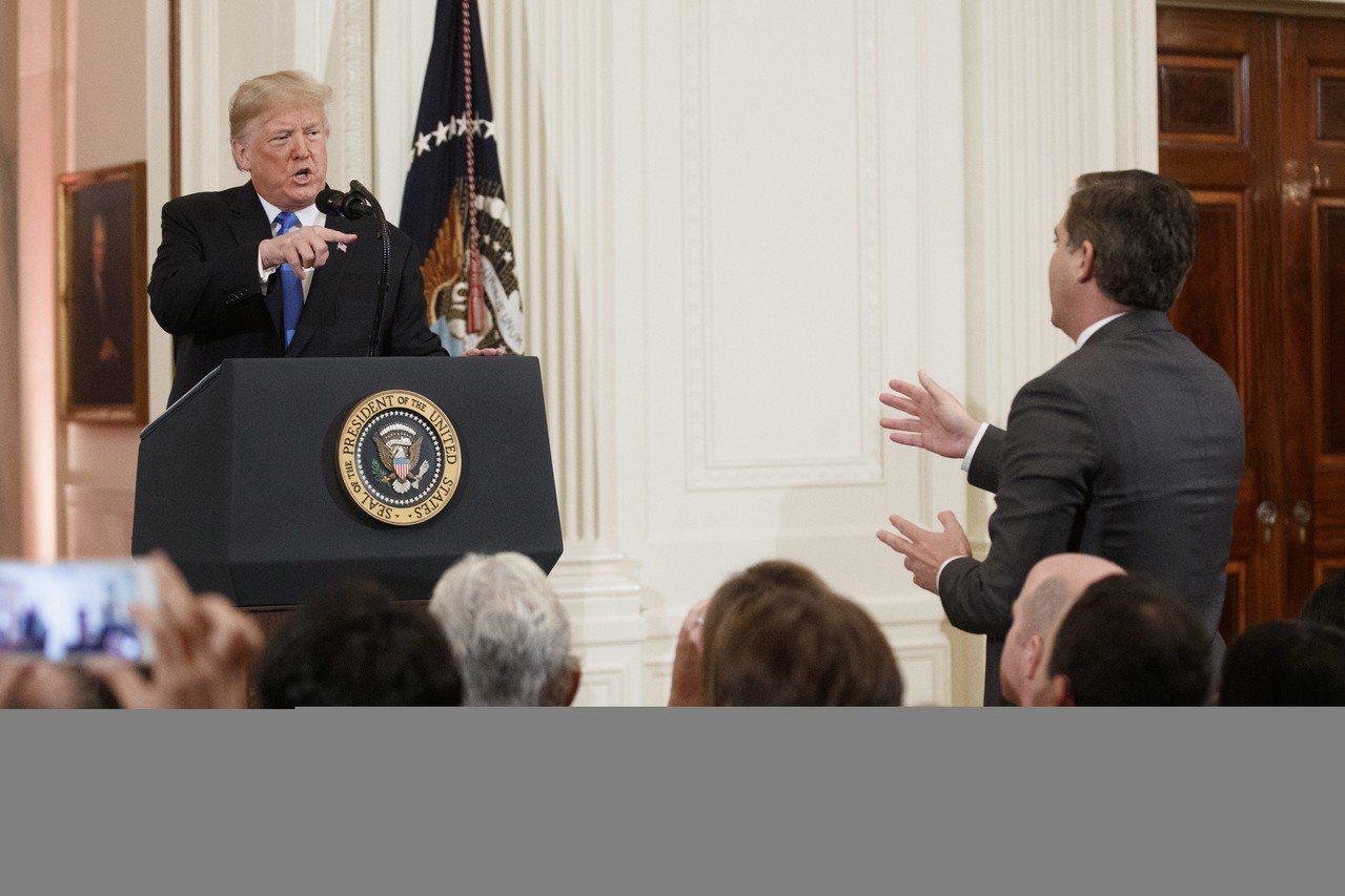 美國期中選舉後的記者會,總統川普(左)戰力十足,與CNN記者阿科斯達(右)爭執。...
