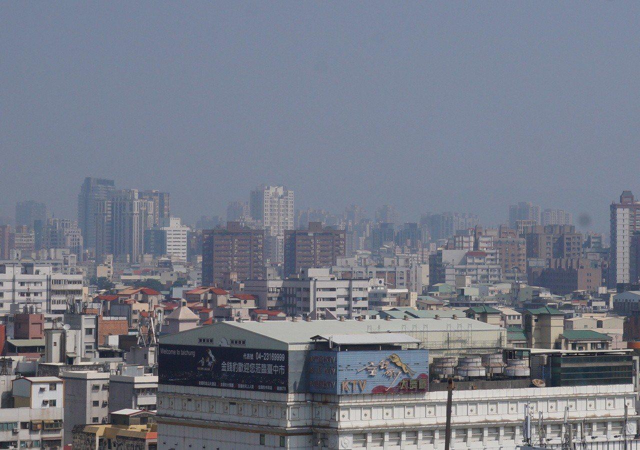 空汙來襲,台中市區昨天仍是霧濛濛,遠方街景籠罩在霧霾。 記者洪敬浤/攝影