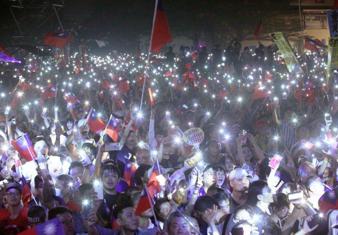 韓國瑜昨晚在旗山舉辦「高雄三山造勢晚會」第二場,場面熱鬧。網路上討論,現在的最大...