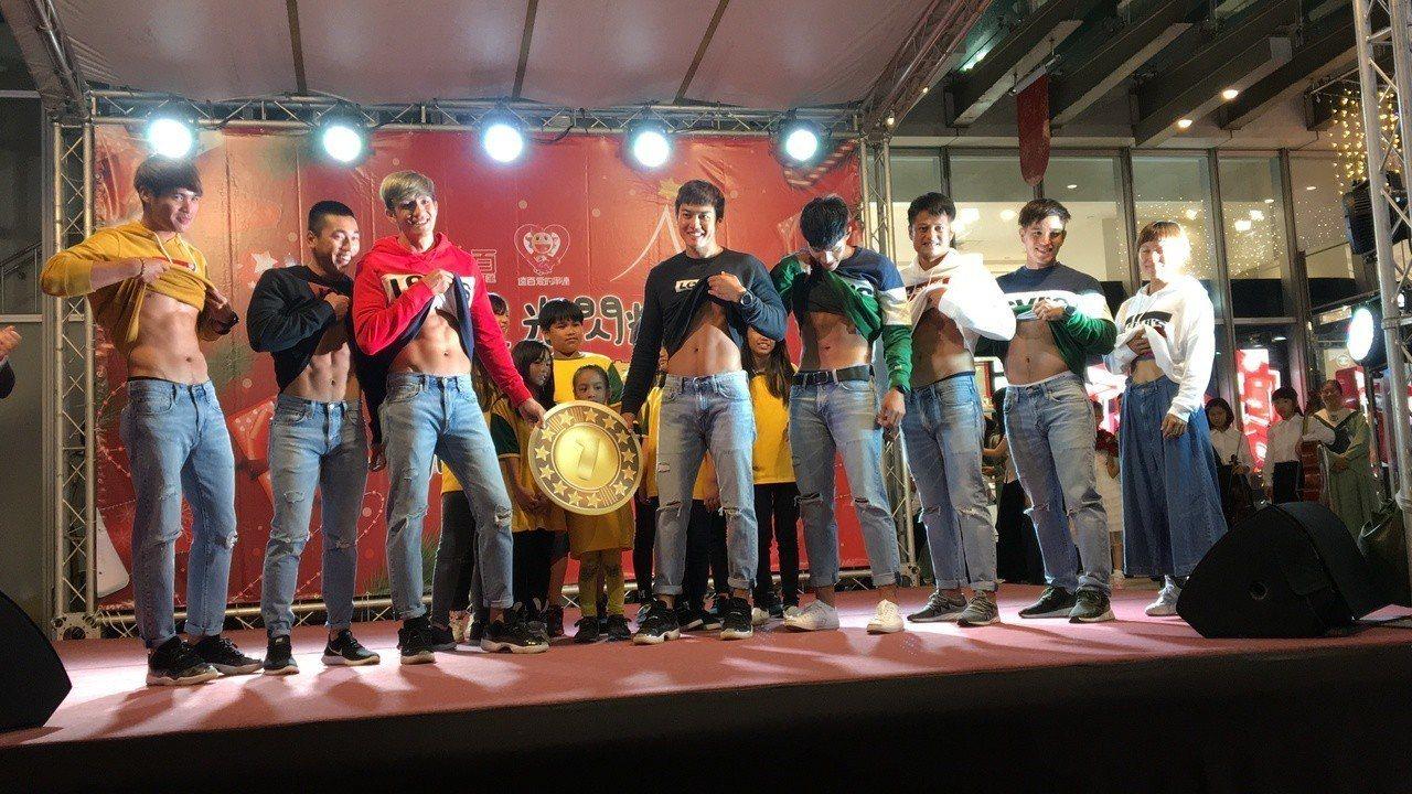 在亞運拿下好成績的台灣龍舟代表隊中的8名選手,共同為點燈揭開序幕,同時也為陪讀計...