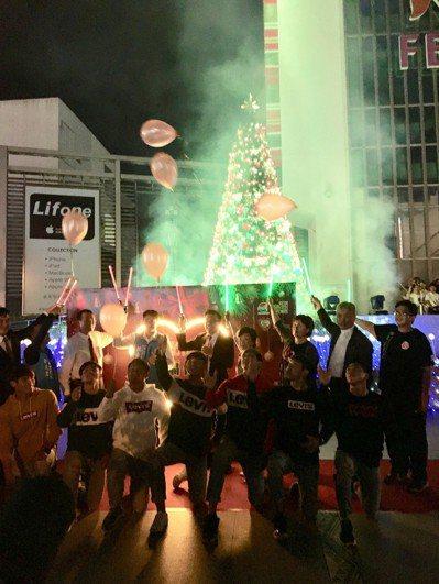 花蓮最高最閃耀的耶誕樹昨點亮。記者徐庭揚/攝影