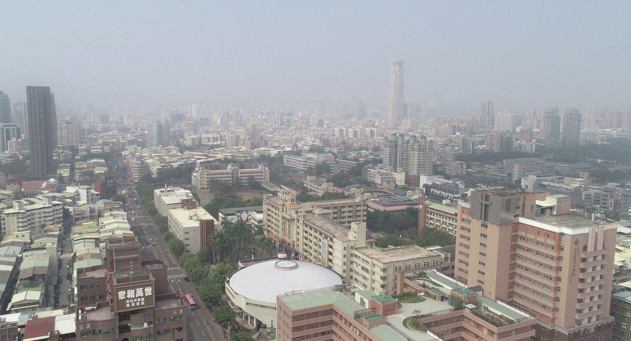 高雄市區昨天一片霧茫茫。記者杜建重/攝影