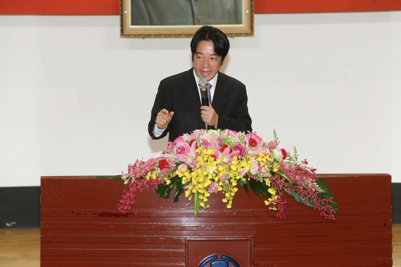 上午台鐵局進行局長交接典禮,行政院長賴清德談到普悠瑪事件一度哽咽,他表示發生這種...