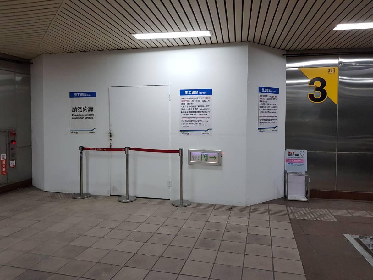 忠孝新生站3號出口電梯井工程區今早出現火警警報。記者翁浩然/攝影