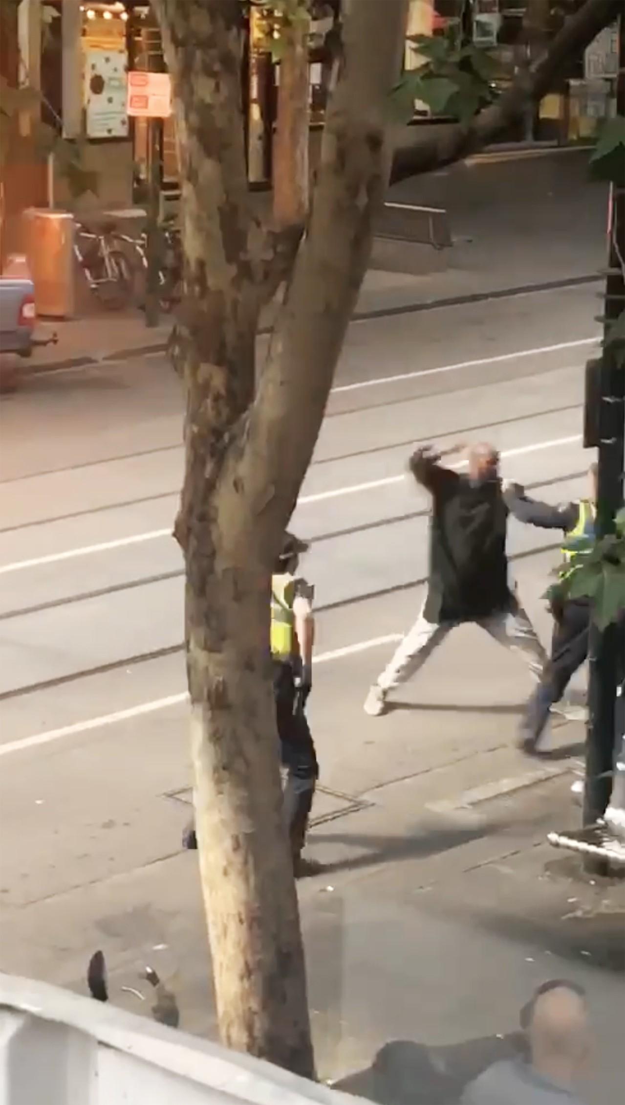 畫面中顯示1名男子持刀衝向警方,絲毫不理會警方的喝令。 歐新社