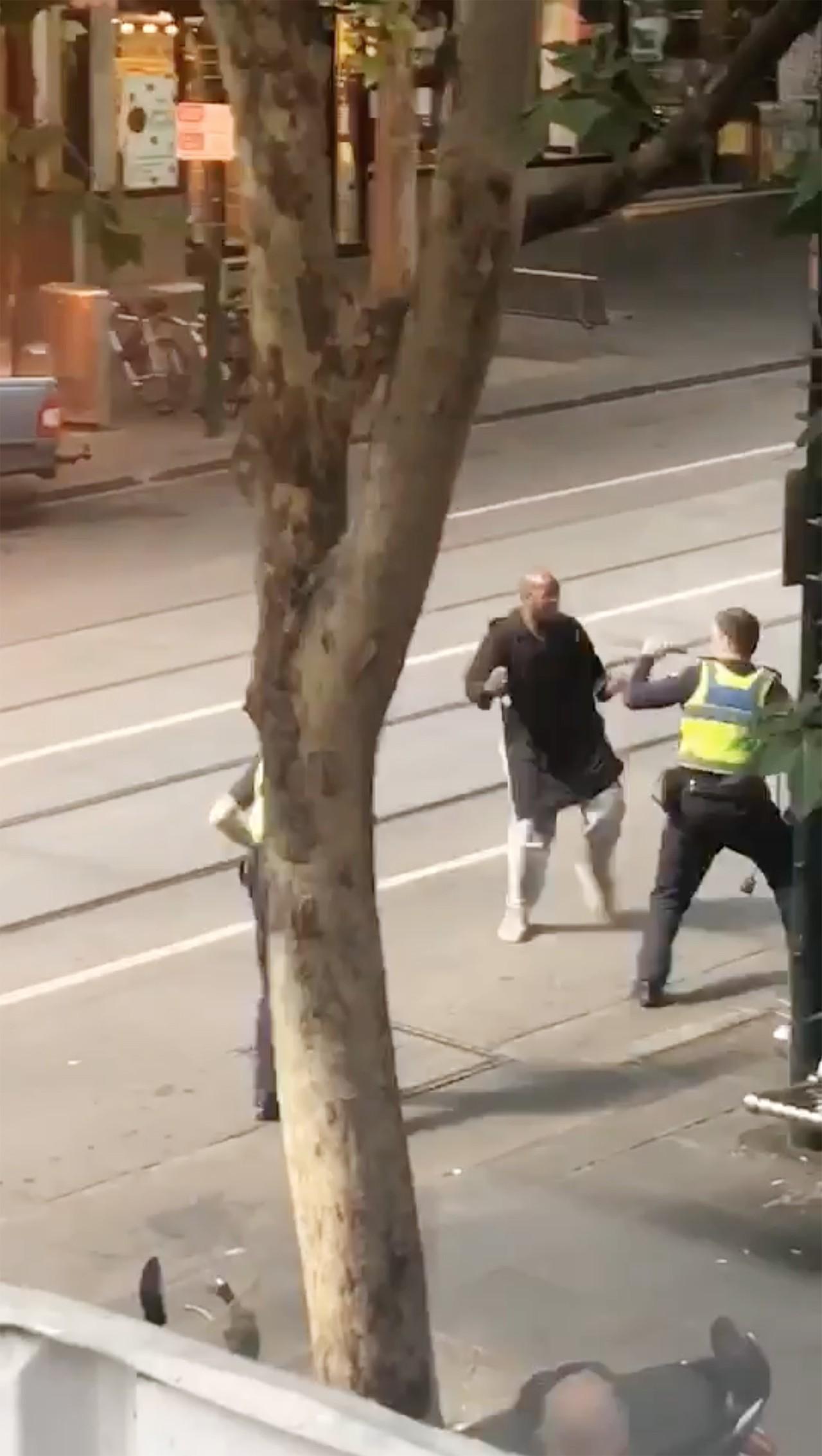 畫面中與警方對峙的男子,正是在9日下午4時多駕車衝撞行人,引火燒車後再持刀砍人的...