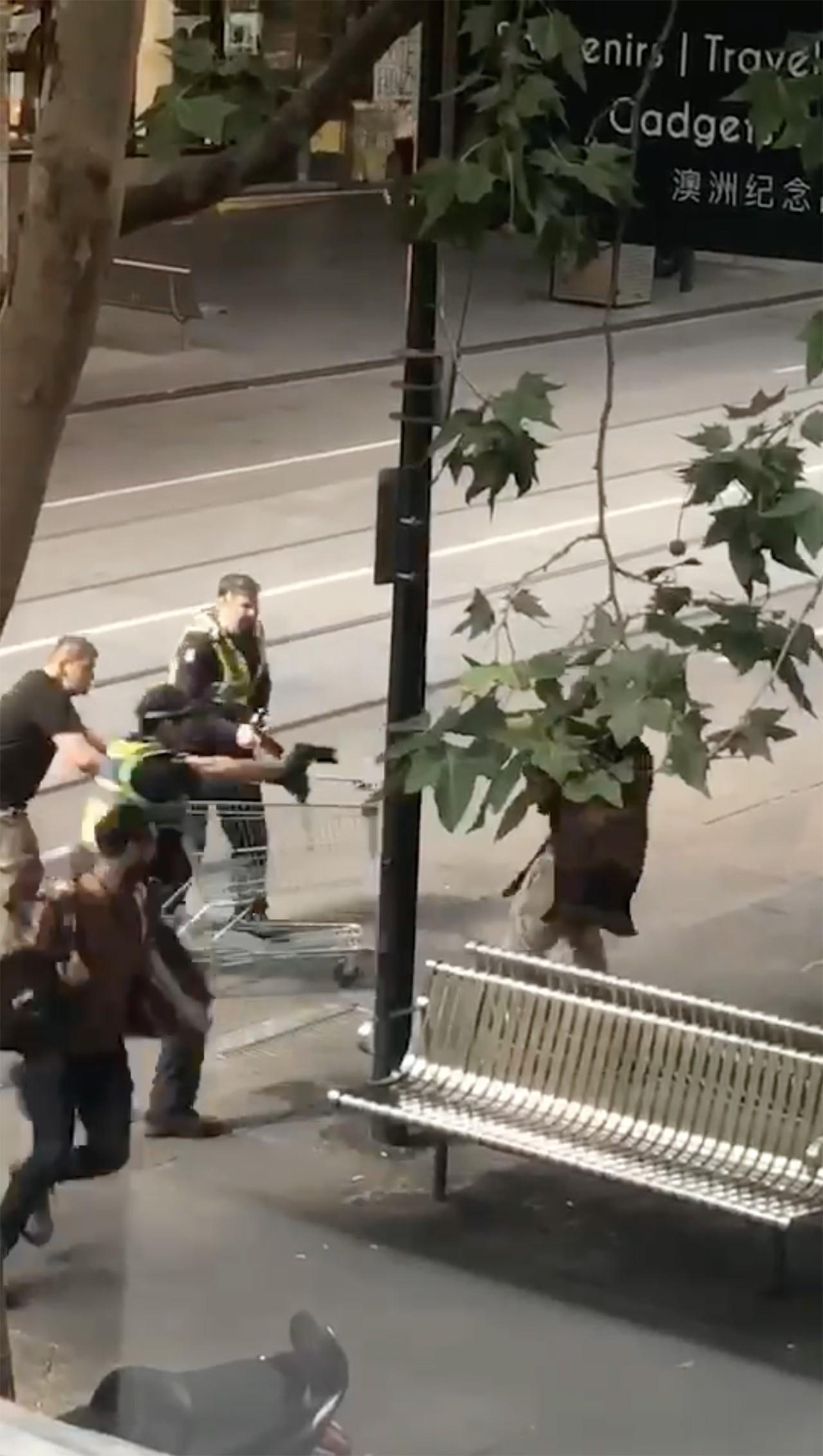 澳洲墨爾本市區9日傳出1名男子先是駕車衝撞行人,引火燒車後再持刀砍人的事件。警方...