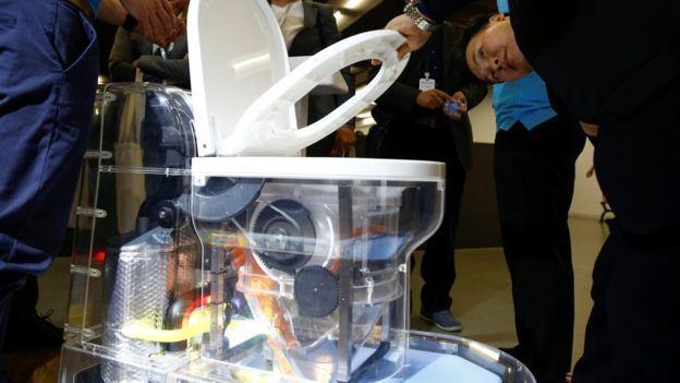 北京廁所博覽會上展出一款高科技廁所:無下水道馬桶。(路透)