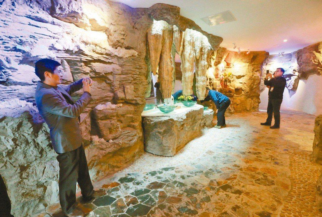 大陸桂林一個景區的廁所,成為遊客拍照景點。(新華社)