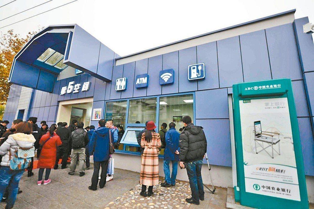 北京一座公共廁所配備無線網路、提款機、充電設備,吸引民眾大排長龍一探究竟。(法新...