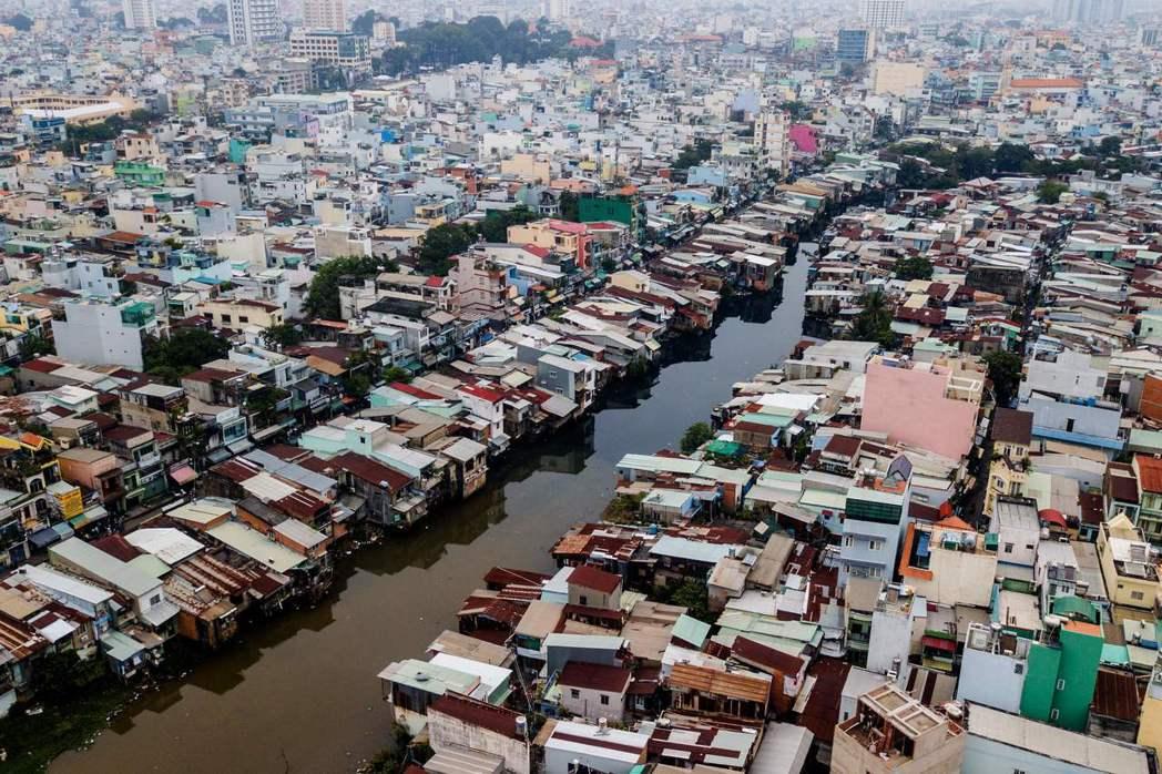「黑色運河」的河畔是幾萬戶人家的棲身之所。 (法新社)