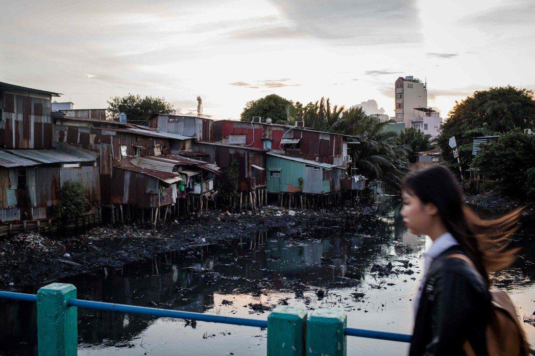 運河上漂浮著垃圾,河水髒臭發黑。 (法新社)