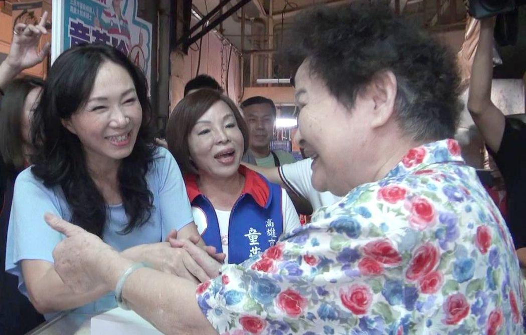 國民黨高雄市長候選人韓國瑜的太太李佳芬(左一)到傳統市場拜票。 記者楊濡嘉/攝影