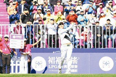 徐薇淩的精采演出,帶動球迷們前往大溪球場加油。 圖/陳志光、裙襬搖搖高球基金會