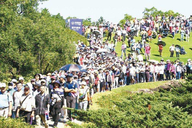 決賽單日湧入大批人潮,一舉衝過3.2萬人次目標。 圖/陳志光、裙襬搖搖高球基金會