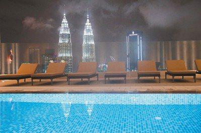 享受無敵夜景泳池,享受美麗人生。 圖/陳志光