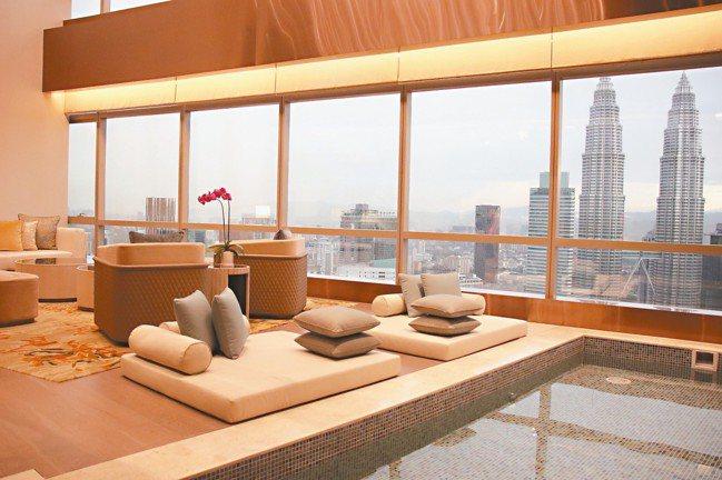 總統套房的客廳,一樓有大型泡湯池、二樓還有可以遠眺豪景的浴缸。 圖/陳志光