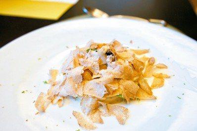 將昂貴的白松露鋪滿整道佳餚,是三二行館慣有的豪邁手法,為餐食增添不斐身價。 圖/...